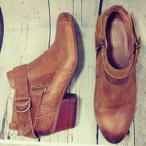 CLARKS ARTISAN DISTRESSED LEATHER ANKLE BOOT SZ .